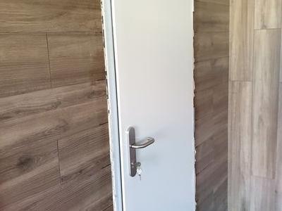 biale-drzwi-z-boku