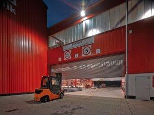 czerwony hangar z materiałami