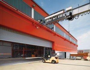 czerwony hangar z maszynami