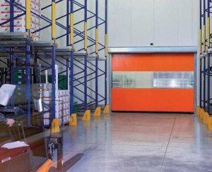 hangar z metalowymi półkami