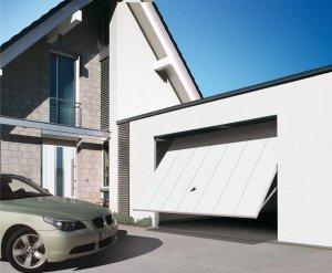 garaż z autem srebrnym