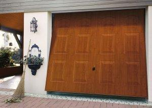 czerwone drzwi garażowe z miotłą