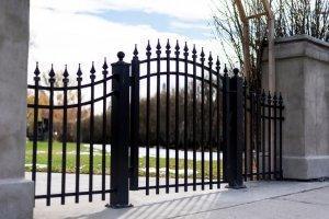 czarna brama wjazdowa
